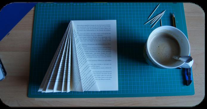Buch-Weihnachtsbaum: Falten mit Kaffee-Stärkung