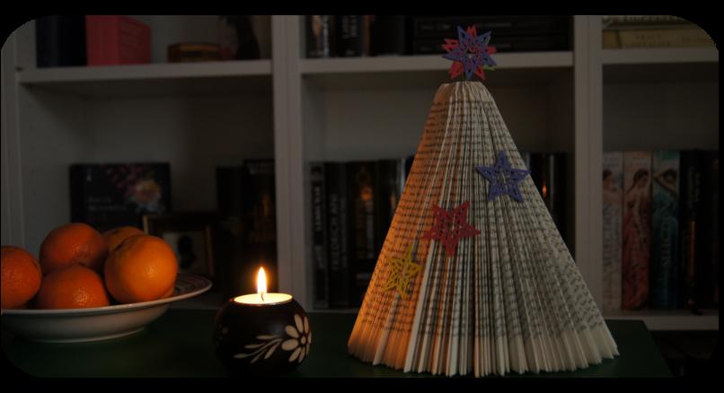 Buch-Weihnachtsbaum mit Kerze